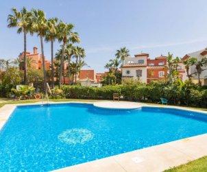 Villa   Estepona para 10 personas con piscina comunitaria p0