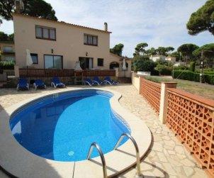 Apartamento   Pals para 8 personas con piscina privada p0