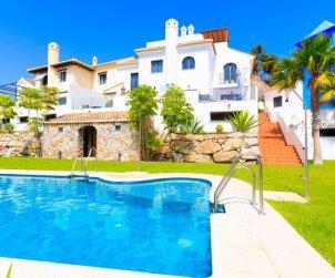 Villa   La Herradura para 6 personas con piscina comunitaria p0