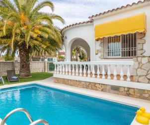 Villa   Empuriabrava para 4 personas con piscina privada p0