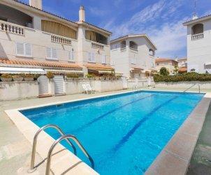 Villa   Cunit para 7 personas con piscina comunitaria p0