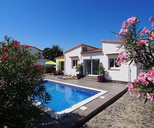 Villa   Empuriabrava para 6 personas con piscina privada p2