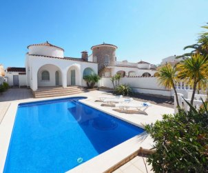 Villa   Empuriabrava para 6 personas con piscina privada p0