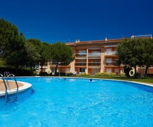 Apartamento   Pals para 8 personas con piscina comunitaria p0
